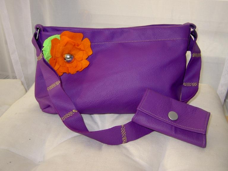Lila Handtasche aus Rindsnappaleder mit Filzbrosche und passender Geldbörse