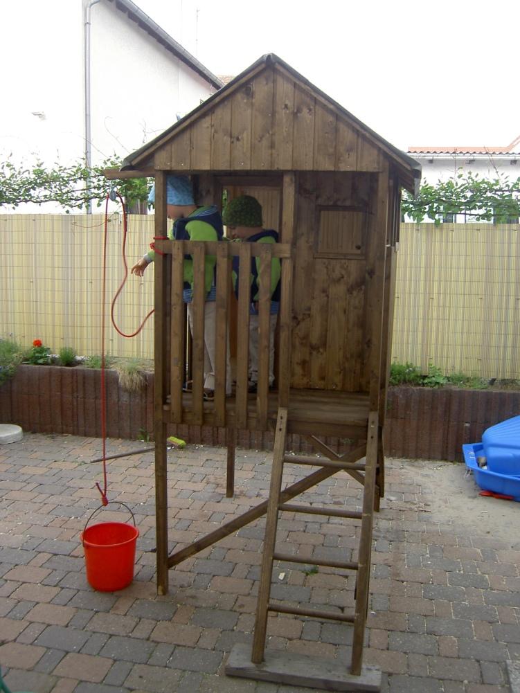 Holzhaus auf Stelzen- gebaut von Papa persönlich