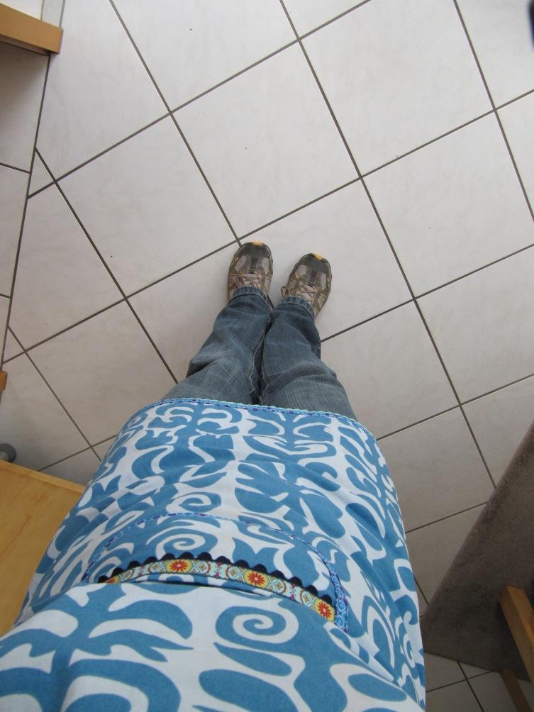 Küchenschürze, Jeans & Turnschuhe