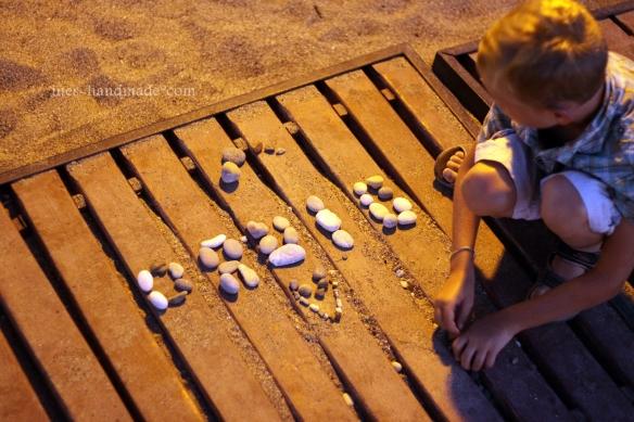 Namen mit Kieselsteinen gelegt